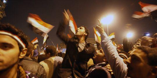 les-cairotes-rassembles-place-tahrir-crient-des