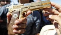 combattants-du-cnt-exhibent-un-pistolet-qui