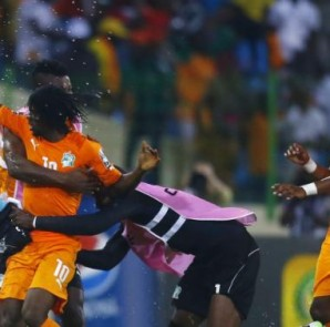 Ivory Coast's Kouassi Gervais (L) celebrates his goal during their quarter-final soccer match of the 2015 African Cup of Nations against Algeria in Malabo