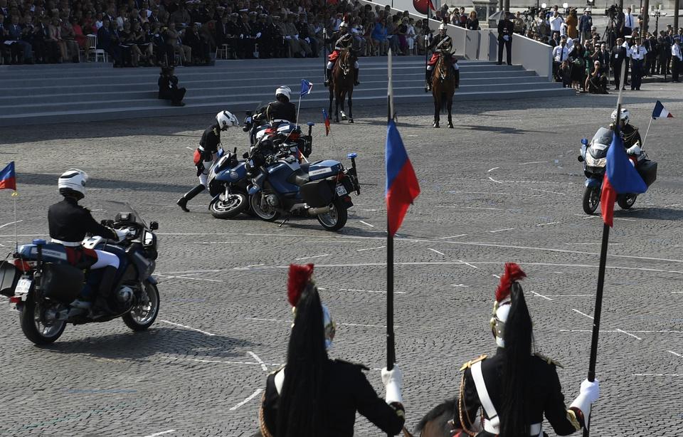 Chute de deux motards sur les Champs-Elysées