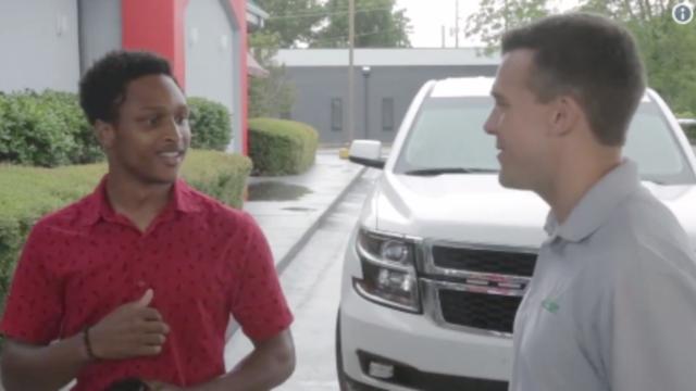 Il marche 30 kilomètres pour aller travailler, son patron lui offre sa voiture — États-Unis